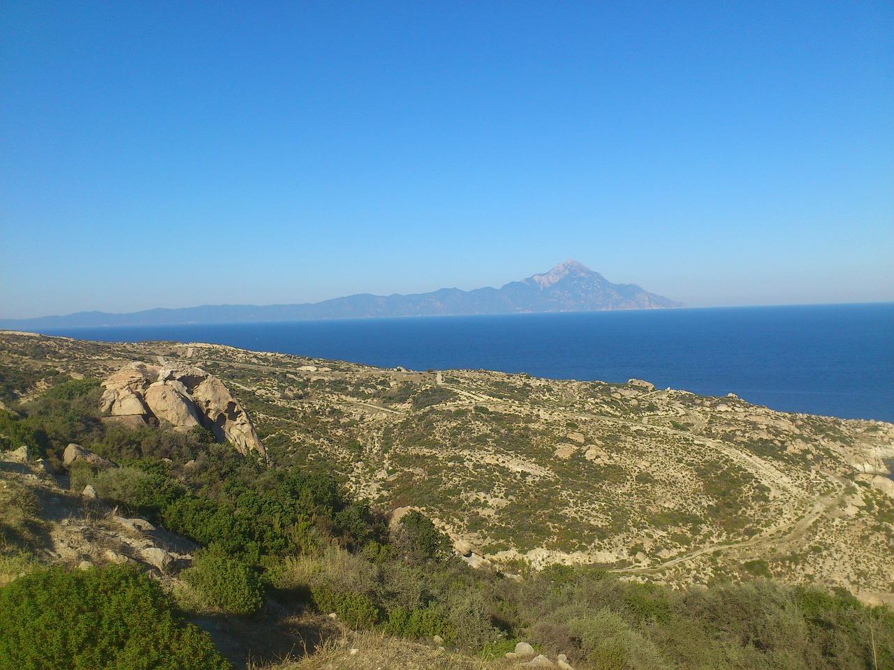 Kuste mit Berg Athos im Hintergrund