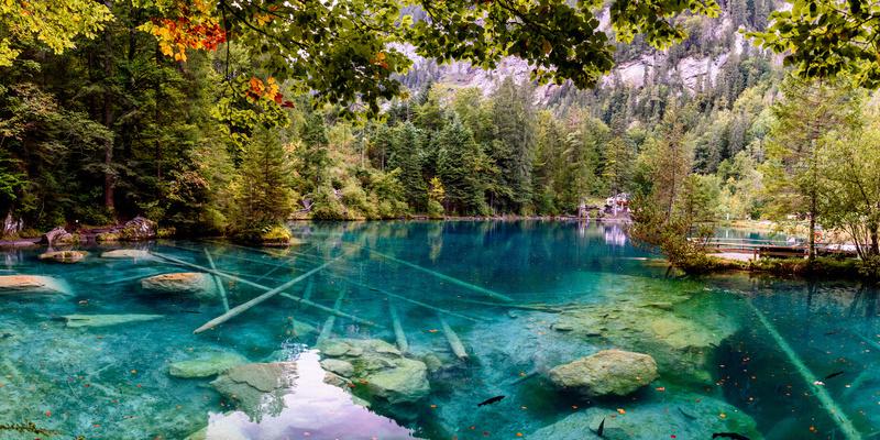 Der glasklare Blausee im Herzen der Schweiz (Quelle: Adobe Stock / Pavel)